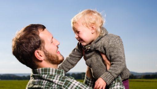 中小企業の7割が反対!?「男性の育児休業」は企業のデメリットか?