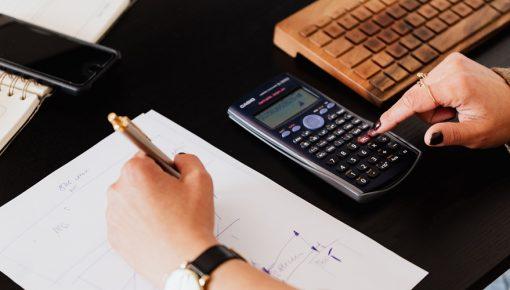 《勘定科目の仕分け》研修に参加した従業員の食事代は経費か?経費計上の判断ポイント